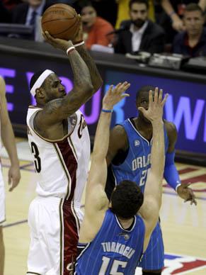 Instante em que LeBron James, do Cavaliers, lança para a cesta para fazer três pontos e garantir a vitória sobre Orlando Magic, por 96 a 95. A 3 segundos do fim. A série decisiva da Conf. Leste está empatada em 1 a 1.