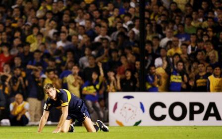 Martin Palermo de joelhos no gramado da Bombonera. O Boca sofreu um revés histórico, que lembra aquela derrota para o Paissandu, em 2003. A diferença é que o Defensor conseguiu eliminar o time de Juan Riquelme.