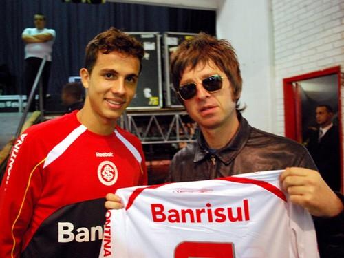 Uma banda inglesa de rock, talvez a mais legítima seguidora dos Beatles, teve um encontro inusitado nesta terça-feira, em Porto Alegre, com o atacante que marcou o gol mais bonito da rodada inaugural do Brasileiro.