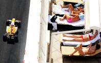 Enquanto os bólidos circulam pela pista de Mônaco, a mulherada toma banho de sol nas sacadas elegantes do famoso principado. Mais um dos apelos visuais do circuito mais badalado da F-1.