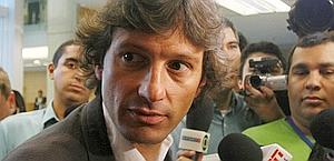"""Fala-se muito em Milão sobre Leonardo assumir o lugar do técnico Carlo Ancellotti, de malas prontas para o Chelsea. Se depender do apoio da grande estrela do time, Kaká, o atual dirigente já pode vestir o agasalho 'rossonero', ou melhor, o bem cortado terno Dolce & Gabbana à beira do gramado. Durante evento de um patrocinador, o meia disse que Léo deve seguir o exemplo positivo de Guardiola, técnico do Barcelona: """"Pepe tinha treinado apenas o time B do Barça, e levou a equipe principal à final da Champions"""". (Do blog de Wagner Patti)"""