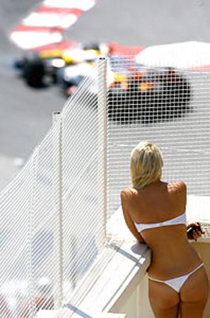 Nesse momento em que a F-1 rumina uma crise quase existencial, com Ferrari e Renault ameaçando desertar, nada mais oportuno do que a sinuosidade do circuito de Mônaco, onde o romantismo dos bons tempos ainda prevalece, dentro e fora da pista.