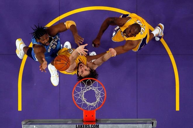 O pivô brasileiro Nenê Hilário (31), do Denver Nuggets, embaixo da cesta brigando com Pau Gasol (16) e Kobe Bryant (24), do Lakers, na sensacional peleja de quinta-feira. Neste sábado, 21h, o terceiro duelo das finais da Conferência Oeste, em Denver.