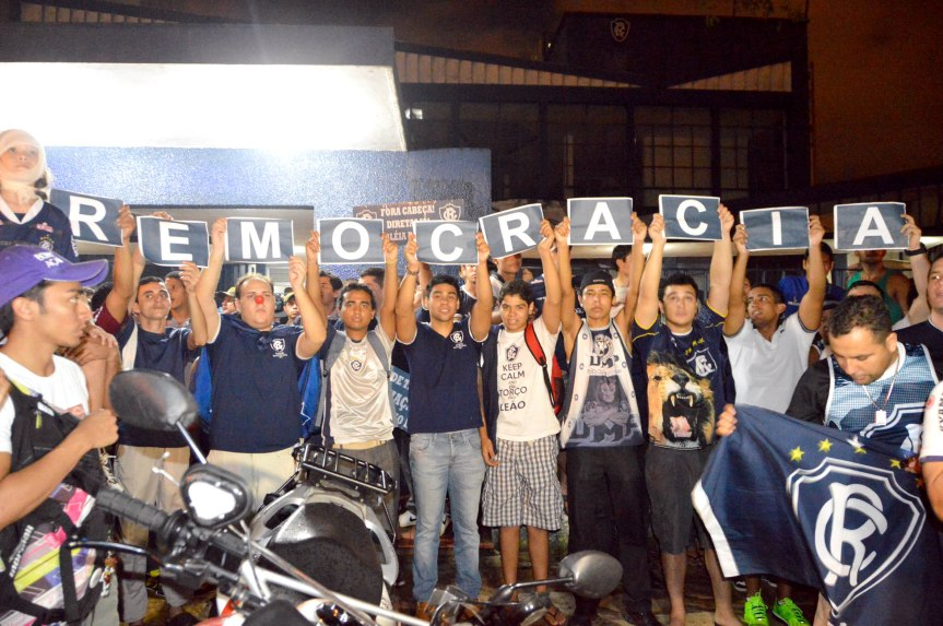 Remo torcida protesta na frente da sede-MQuadros (25)