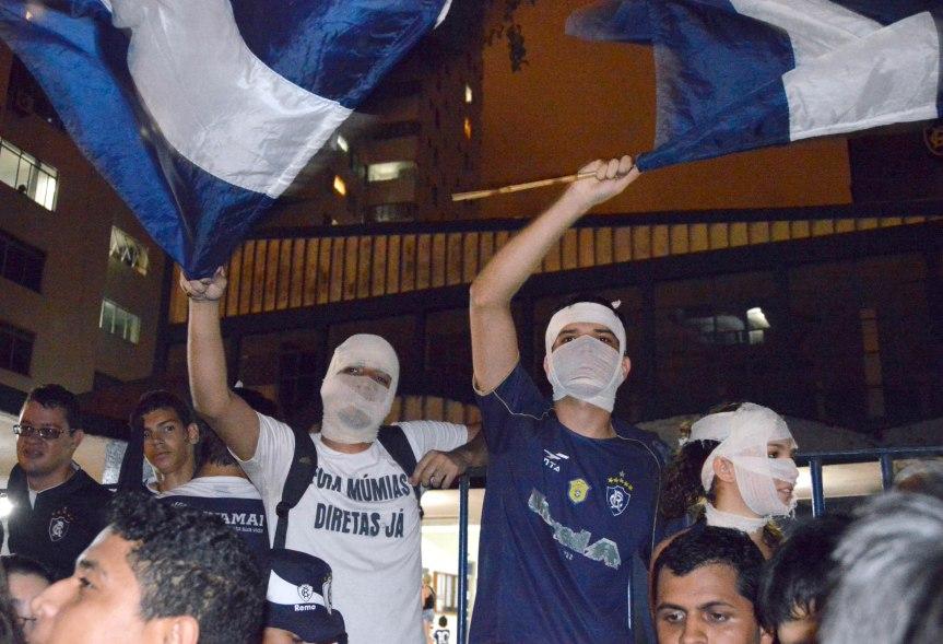 Remo torcida protesta na frente da sede-MQuadros (31)