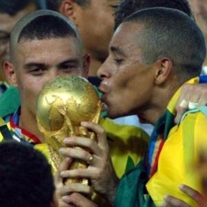 ronaldo-e-gilberto-silva-beijam-a-taca-do-pentacampeonato-brasileiro-1341007189100_300x300