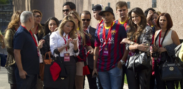 3jun2013---bruna-marquezine-acompanha-a-apresentacao-de-neymar-em-barcelona-1370281219832_615x300