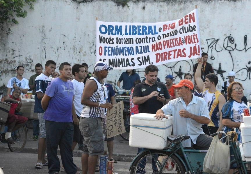 Protesto da torcida Remo na FPF-Mario Quadros (10)