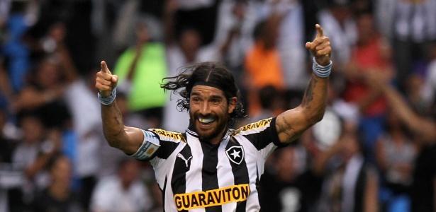 atacante-loco-abreu-comemora-seu-segundo-gol-no-classico-entre-botafogo-e-vasco-no-estadio-do-engenhao-1335733522958_615x300