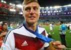 um-dos-melhores-jogadores-da-alemanha-na-copa-toni-kroos-mostra-sua-medalha-de-campeao-1405302622606_142x100