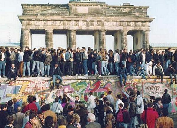 alemaes-derrubam-muro-berlim