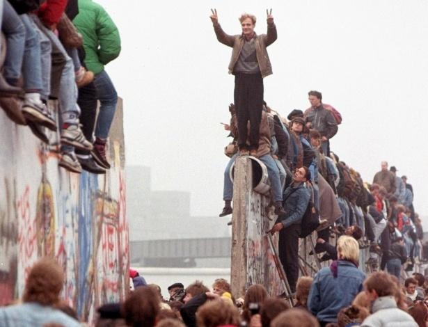 queda-do-muro-de-berlim-tres-dias-apos-a-abertura-da-fronteira-que-separava-leste-e-oeste-berlinenses-festejam-sobre-o-muro-na-alemanha-1383674381677_615x470