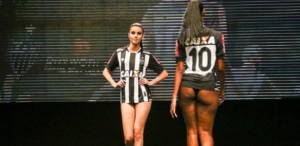 modelos-desfilam-na-apresentacao-da-nova-camisa-do-atletico-mg-1455642795064_615x300