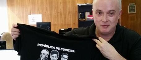 19abr2016-procurador-da-operacao-lava-jato-posa-com-camiseta-da-republica-de-curitiba-1461092821220_700