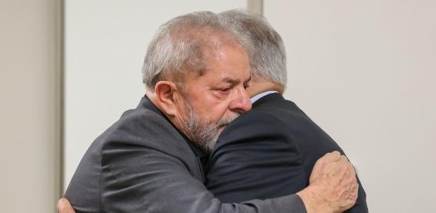 02fev2017-fernando-henrique-cardoso-d-abraca-o-tambem-ex-presidente-lula-em-lamento-pela-morte-de-marisa-leticia-lula-da-silva-1486063435855_615x300