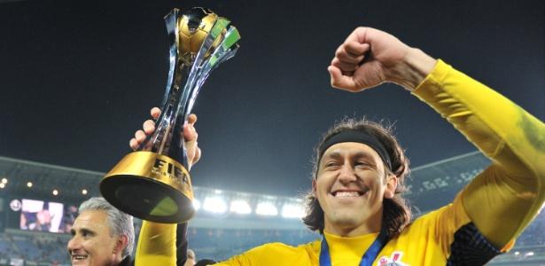 16dez2012---com-a-taca-do-mundial-de-clubes-da-fifa-goleiro-cassio-do-corinthians-da-volta-olimpica-no-estadio-internacional-de-yokohama-no-japao-1355667588337_615x300