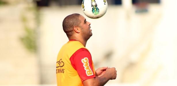 adriano-treina-com-bola-durante-atividades-do-flamengo-1349537103183_615x300