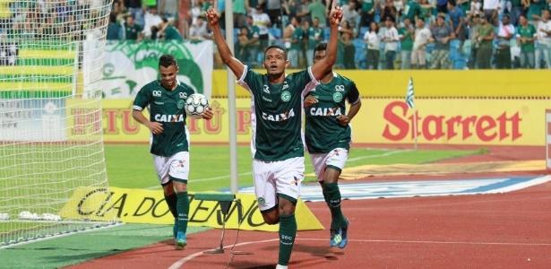 lateral-esquerdo-ernando-comemora-gol-do-goias-sobre-o-fortaleza-em-jogo-da-serie-b-1543872547293_615x300