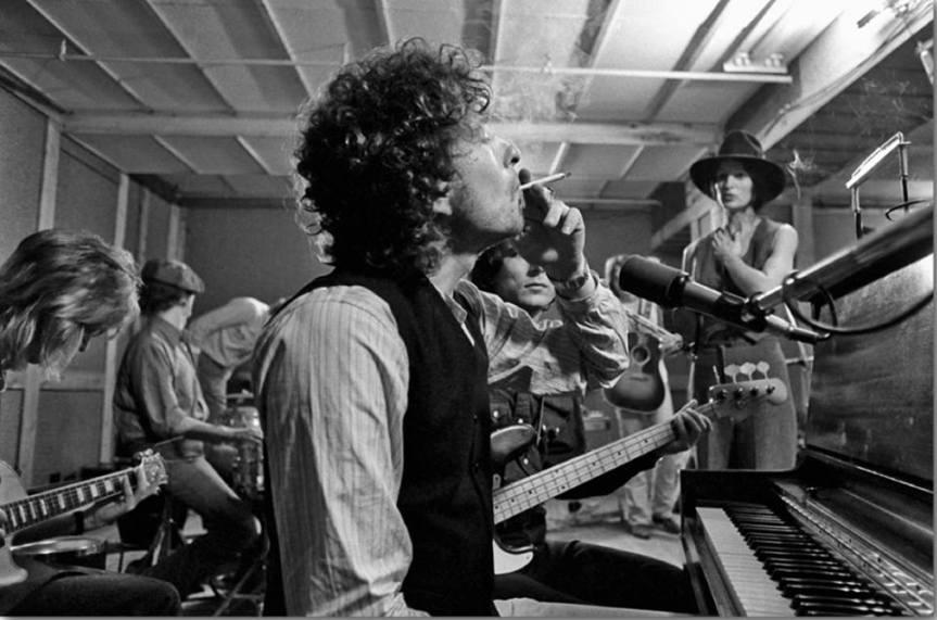 bob-dylan-in-new-york-city-in-october-1975.-mick-ronson-scarlet-rivera-ken-regan
