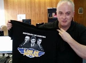 19abr2016-procurador-da-operacao-lava-jato-posa-com-camiseta-da-republica-de-curitiba-1461092821220_300x300