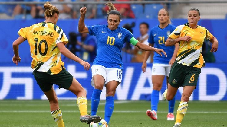 marta-disputa-bola-com-jogadoras-australianas-durante-jogo-na-copa-do-mundo-feminina-1560443724129_v2_750x421