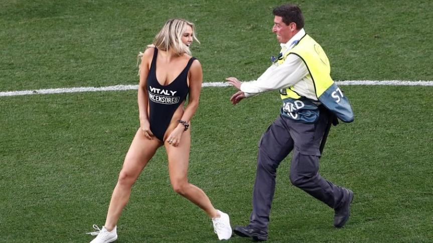 mulher-invade-final-da-liga-dos-campeoes-com-maio-de-site-de-pornografia-1559417783059_v2_900x506