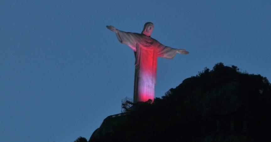 1dez2014---a-estatua-do-cristo-redentor-no-rio-de-janeiro-ganhou-nesta-segunda-feira-1-dia-mundial-de-luta-contra-a-aids-iluminacao-vermelha-especial-a-iniciativa-e-da-arquidiocese-em-parceria-141747397703