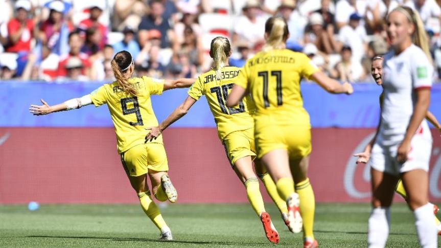 jogadoras-da-suecia-comemoram-gol-contra-a-inglaterra-na-copa-do-mundo-feminina-1562428869988_v2_900x506