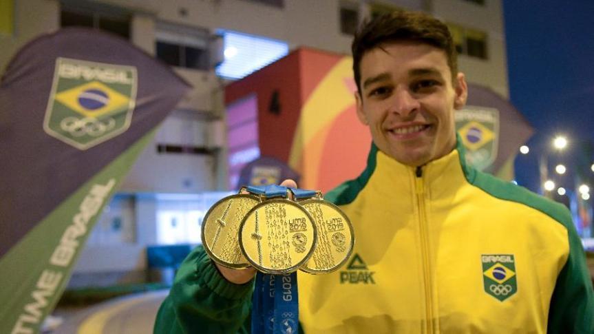 chico-barretto-exibe-as-tres-medalhas-de-ouro-conquistadas-na-ginastica-artistica-do-pan-2019-1564617419532_v2_900x506